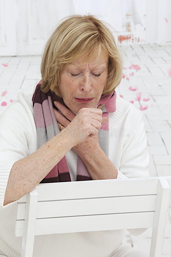 Ältere Frau, die eine Kälte hat lizenzfreies stockfoto