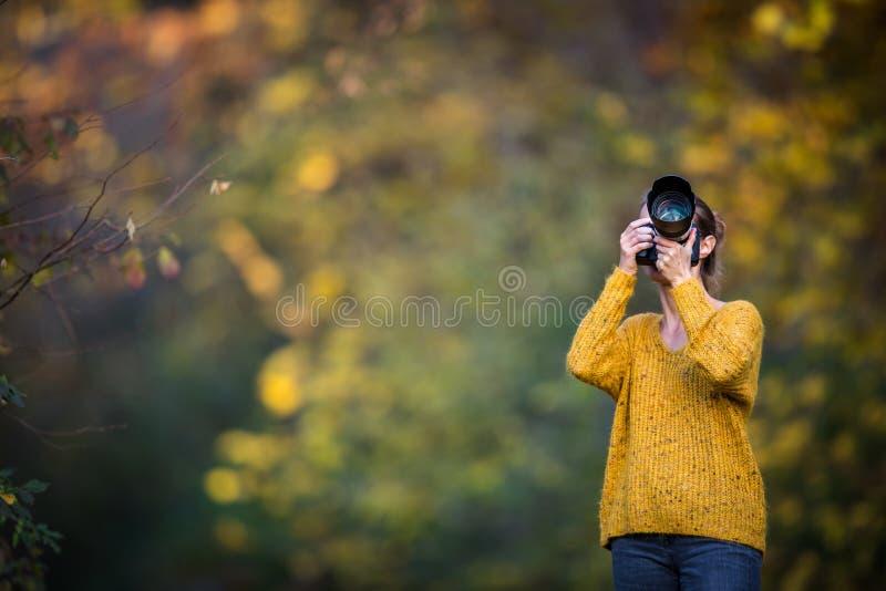 Ältere Frau, die einiges im Garten arbeitet in ihrem reizenden Garten tut lizenzfreies stockfoto