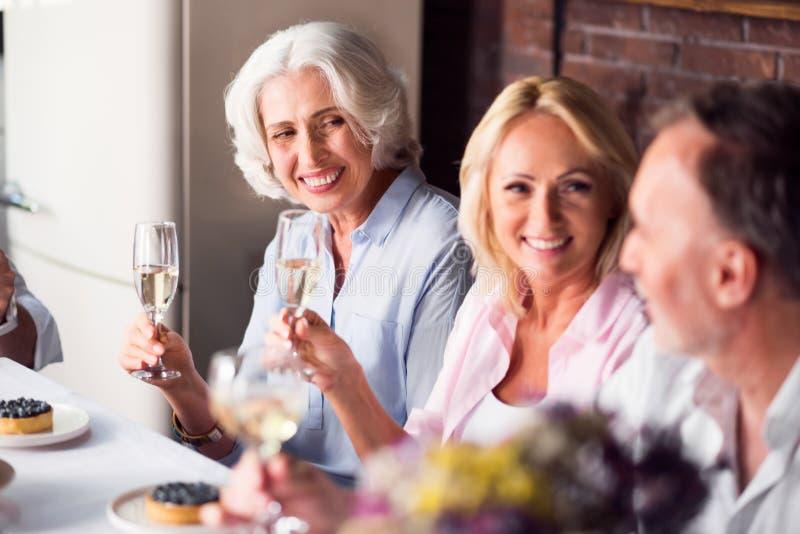 Ältere Frau, die Feier mit ihrer Familie genießt lizenzfreie stockfotos
