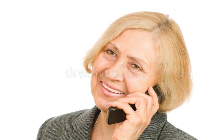 Ältere Frau, die Handy verwendet lizenzfreies stockbild
