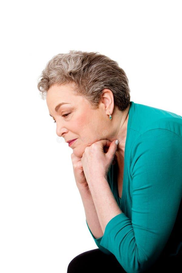 Ältere Frau, die an ihre Zukunft denkt lizenzfreie stockfotos