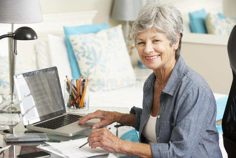 Ältere Frau, die im Innenministerium arbeitet lizenzfreie stockfotos