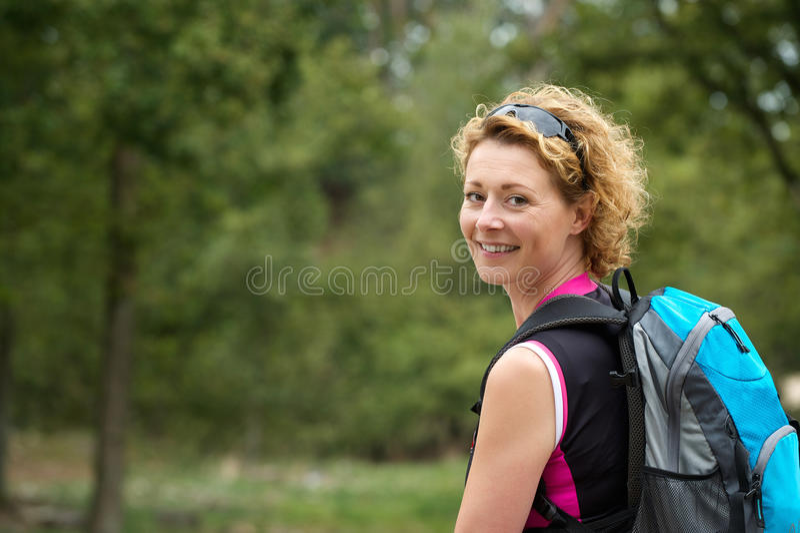 Ältere Frau, die im Wald wandert lizenzfreie stockfotos