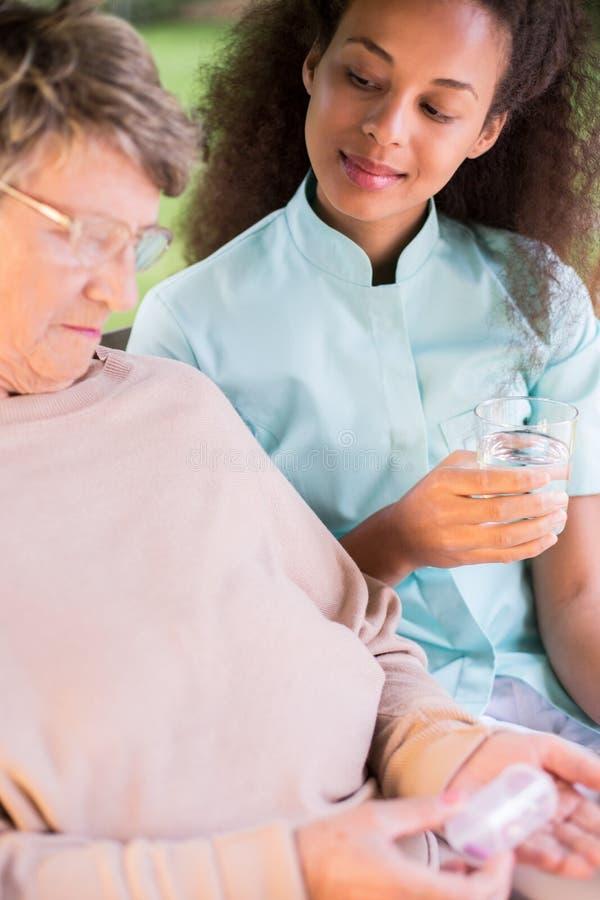 Ältere Frau, die Medikament nimmt stockbild