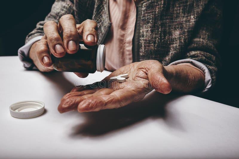 Ältere Frau, die Medizin nimmt stockbild