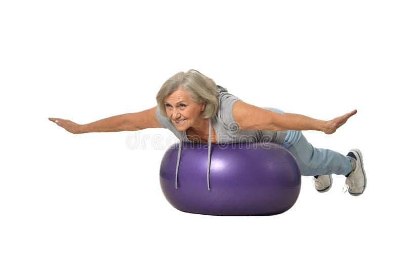 Ältere Frau, die mit Eignungsball trainiert stockfoto