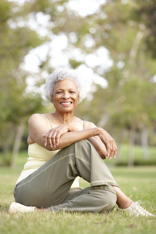 Ältere Frau, die nach Übung sich entspannt lizenzfreie stockfotos
