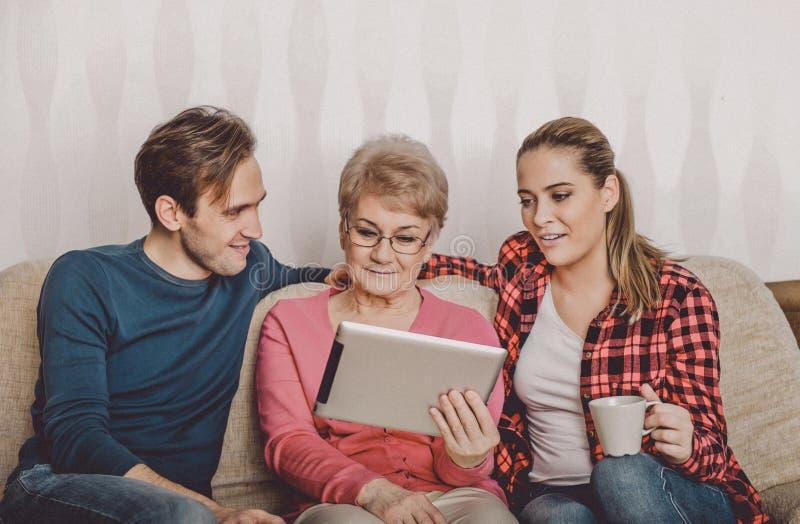 Ältere Frau, die neue Technologie lernt stockbild