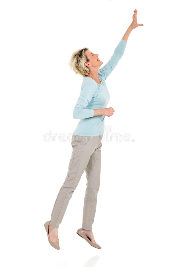 Ältere Frau, die oben springt stockbilder