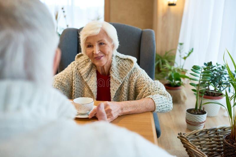 Ältere Frau, die romantisches Datum hat stockfotografie