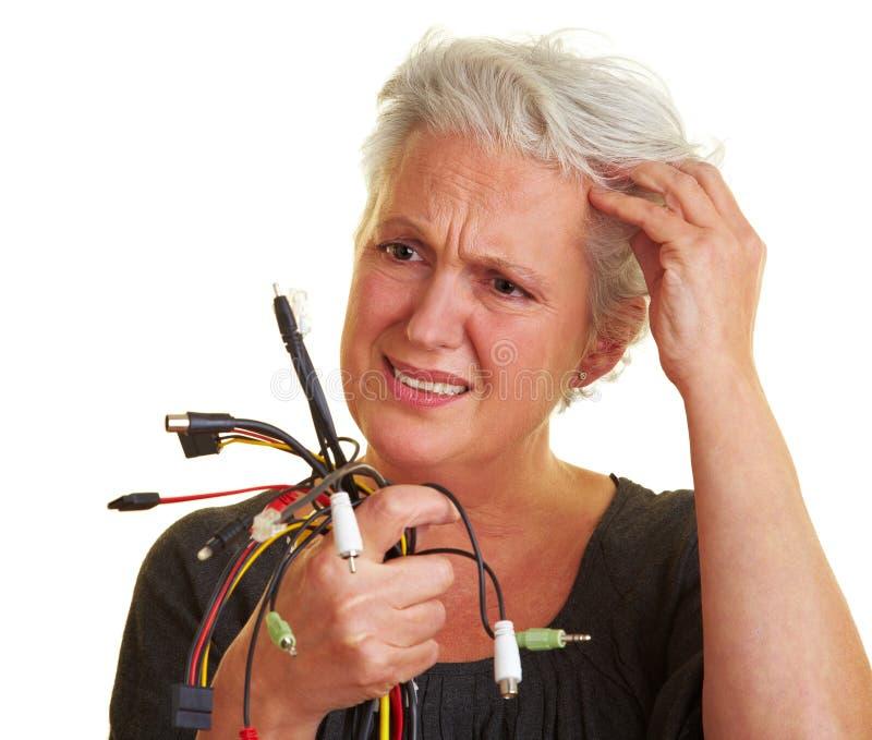 Ältere Frau, die Seilzüge betrachtet stockfoto
