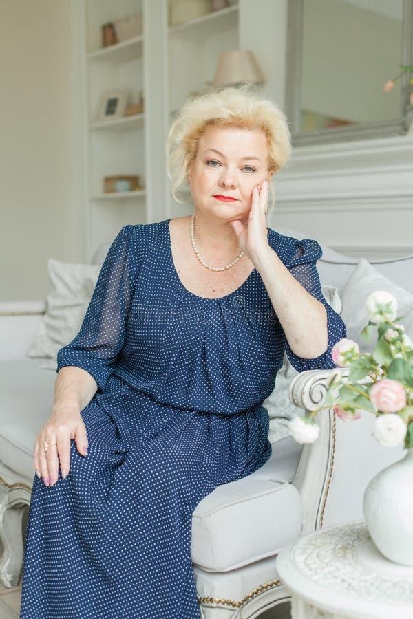 Ältere Frau, die sich zu Hause entspannt lizenzfreies stockfoto