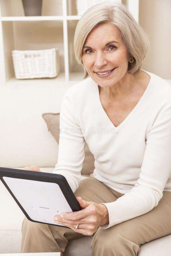 Ältere Frau, die Tablette-Computer verwendet lizenzfreies stockfoto