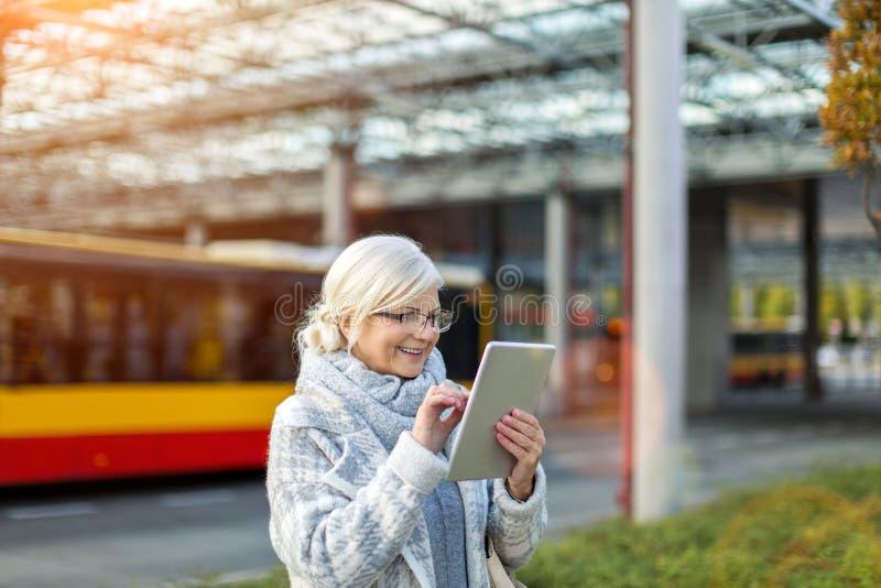 Ältere Frau, die Tablette verwendet lizenzfreie stockbilder