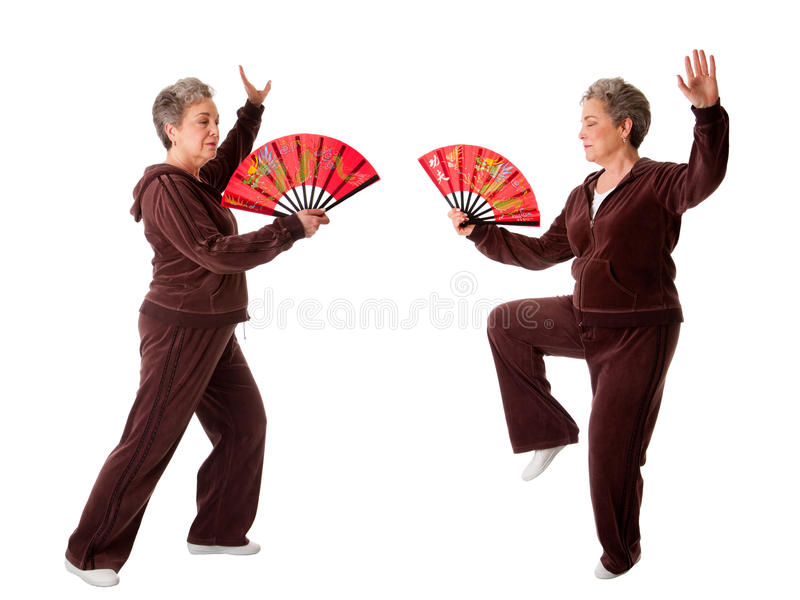 Ältere Frau, die Tai-Chi-Yogaübung tut stockfotografie