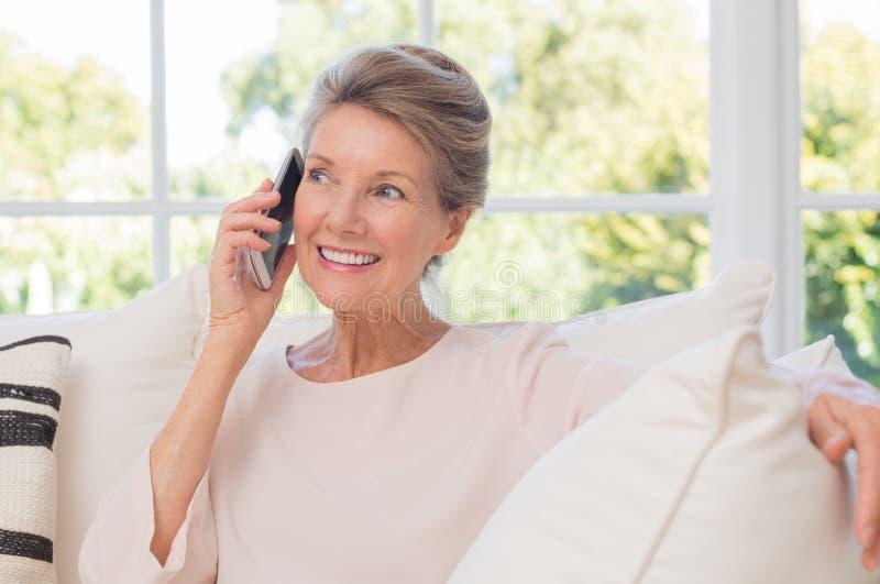 Ältere Frau, die am Telefon spricht stockfoto