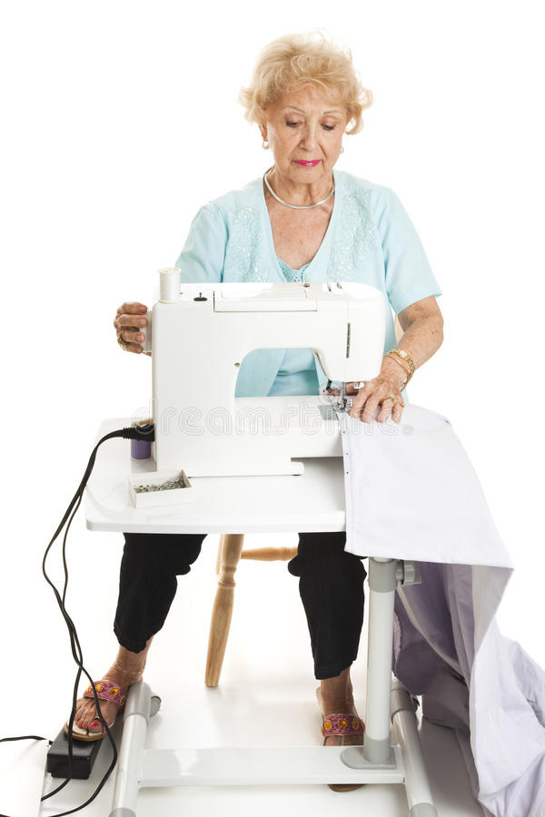 Ältere Frau, die volle Karosserie näht stockbilder