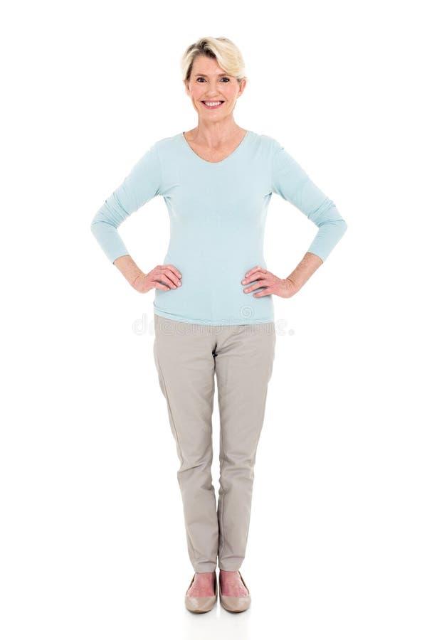 Ältere Frau, die weiß steht lizenzfreies stockfoto
