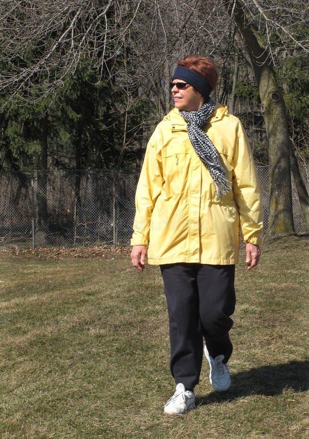 Ältere Frau, die in Winter geht stockfotos