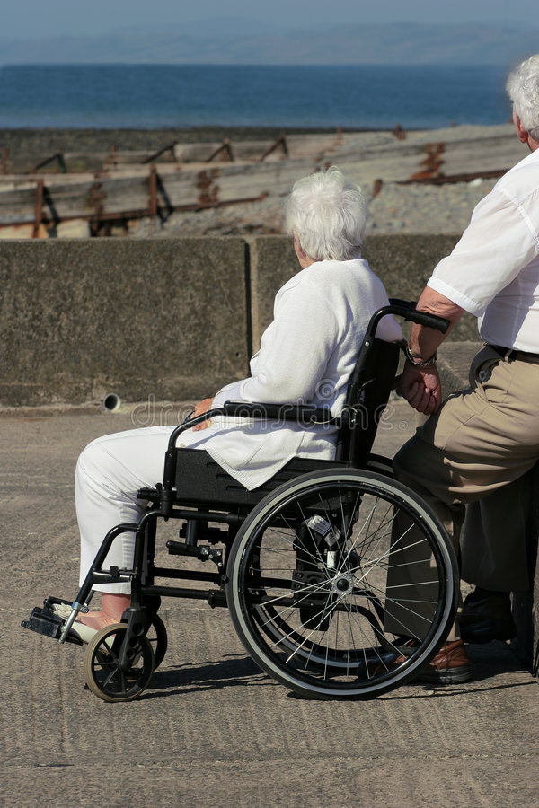 Ältere Frau in einem Rollstuhl stockfotografie