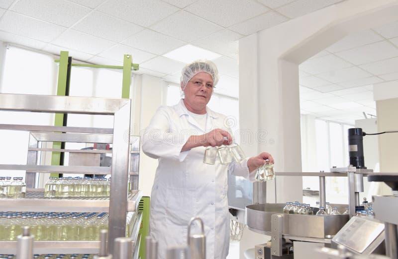 Ältere Frau in einer Fabrik für die Produktion von Medizin - Prof stockbild