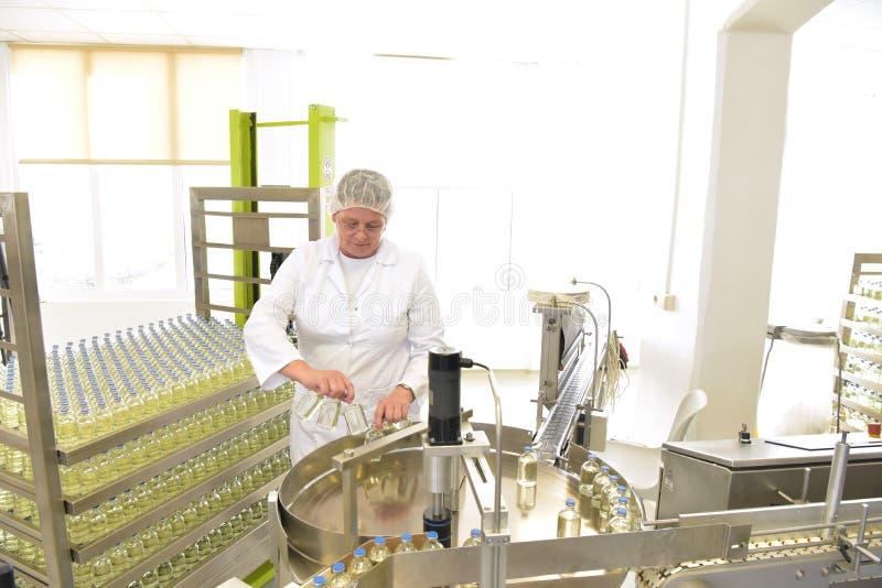 Ältere Frau in einer Fabrik für die Produktion von Medizin - Prof stockfotos