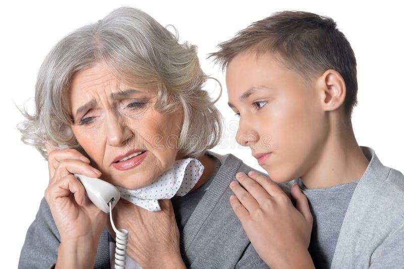 Ältere Frau empfing schlechte Nachrichten stockfotos