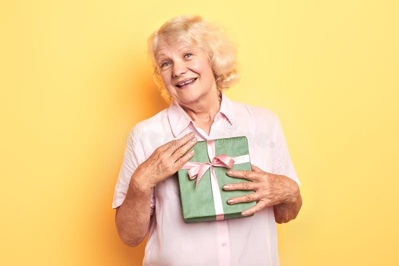 Ältere Frau hat ein anwesendes, Geschenk empfangen stockfotos