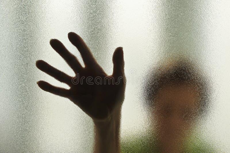Ältere Frau hinter dem Glas lizenzfreie stockfotografie