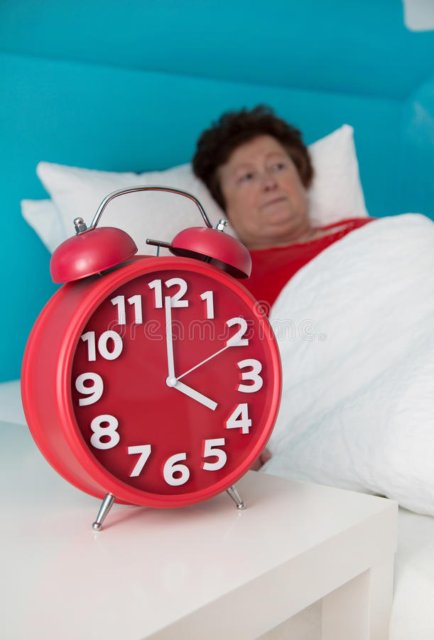 Ältere Frau im Bett krank und von der Schlaflosigkeit oder vom insomni erlitten lizenzfreies stockbild