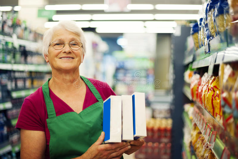 Ältere Frau im Lebensmittelgeschäftspeicher lizenzfreie stockfotos
