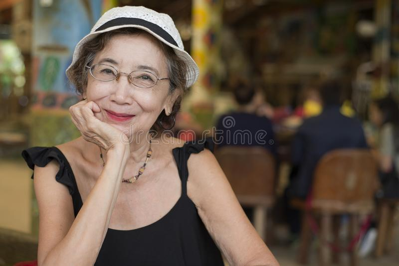 Ältere Frau im Restaurant stockfotos