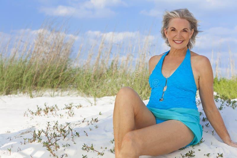 Ältere Frau im Schwimmen-Kostüm am Strand lizenzfreies stockbild