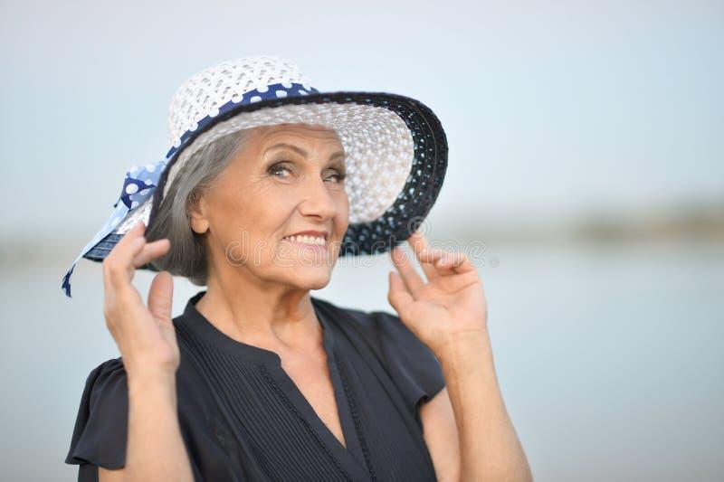 Ältere Frau im Sommerpark stockfotos