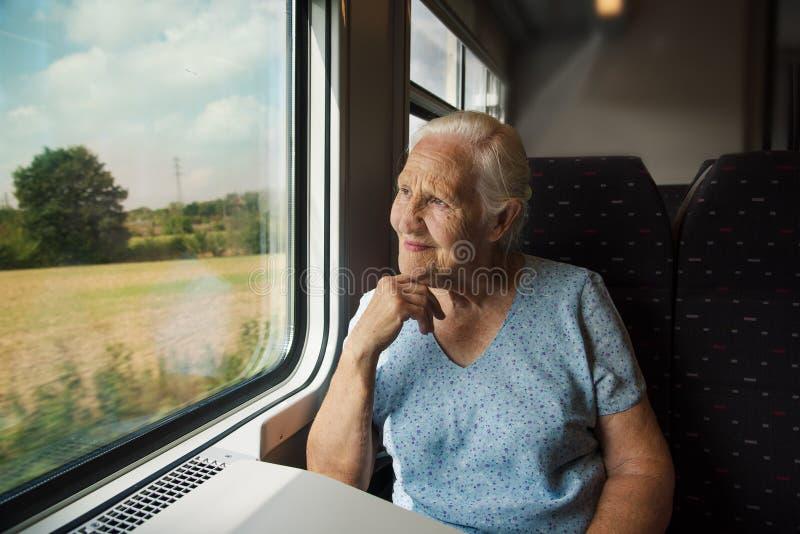 Ältere Frau im Zug stockfotografie