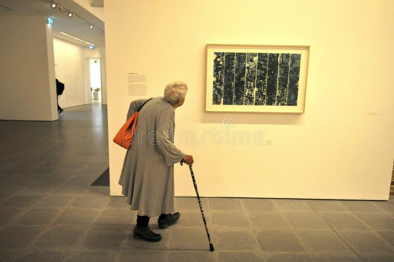 Ältere Frau innerhalb Serpentine Galleriess in Kensington-Gärten, Hyde Park, zentrales London stockbild