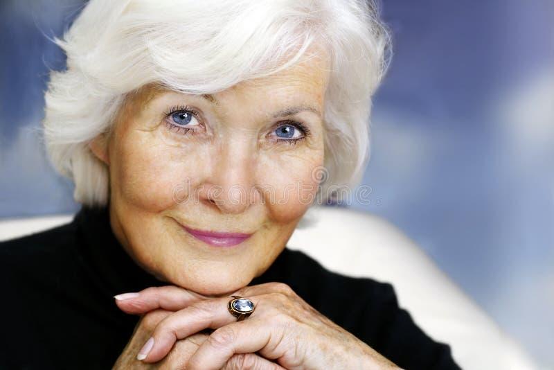 Ältere Frau liebenswürdig lizenzfreies stockbild