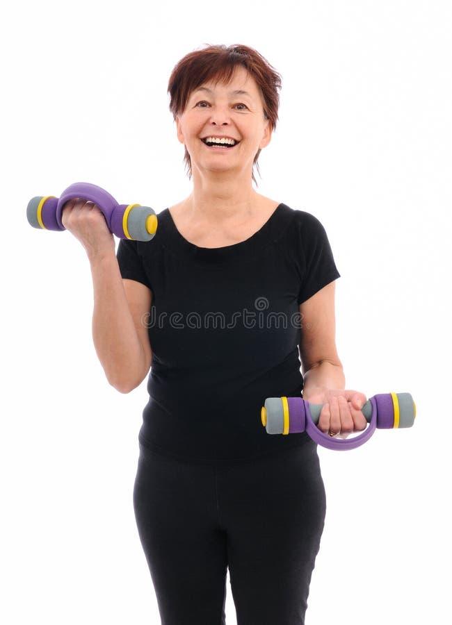 Ältere Frau mit Barbells lizenzfreie stockfotografie