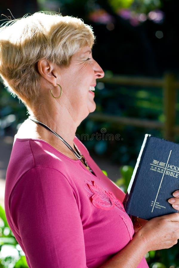 Ältere Frau mit Bibel lizenzfreie stockfotos