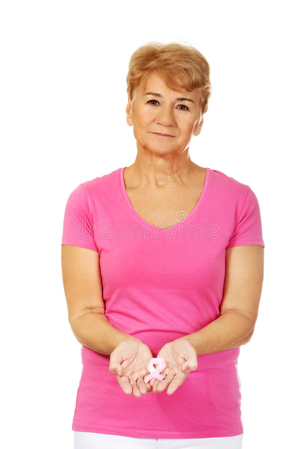 Ältere Frau mit Brustkrebs-Bewusstseinsband lizenzfreie stockbilder