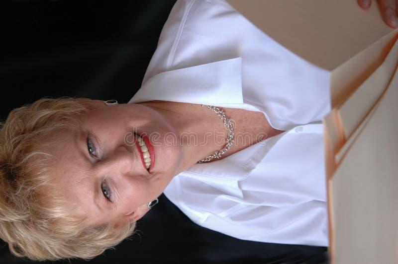 Ältere Frau mit Datei stockfoto