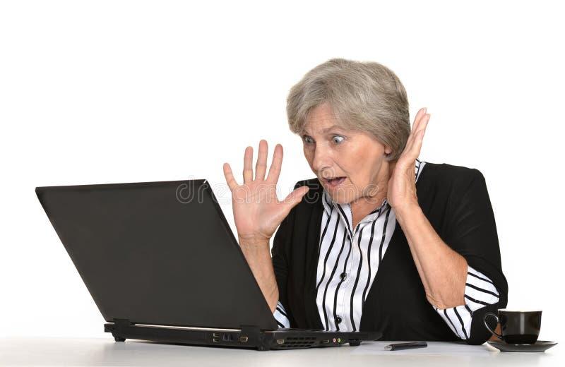 Ältere Frau mit einem Laptop lizenzfreie stockfotos