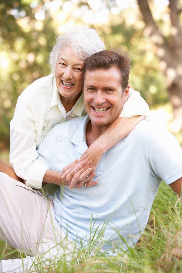 Ältere Frau mit erwachsenem Sohn im Garten stockfotos
