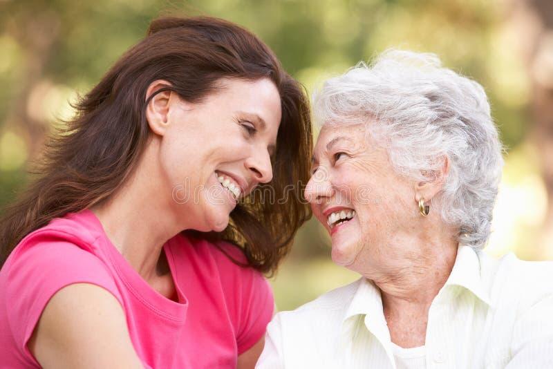 Ältere Frau mit erwachsener Tochter im Park stockfoto
