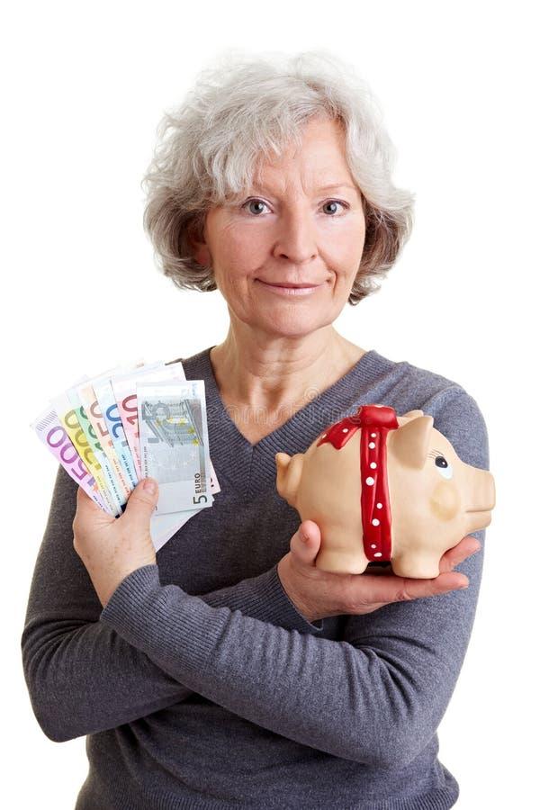 Ältere Frau mit Eurogeld stockbild