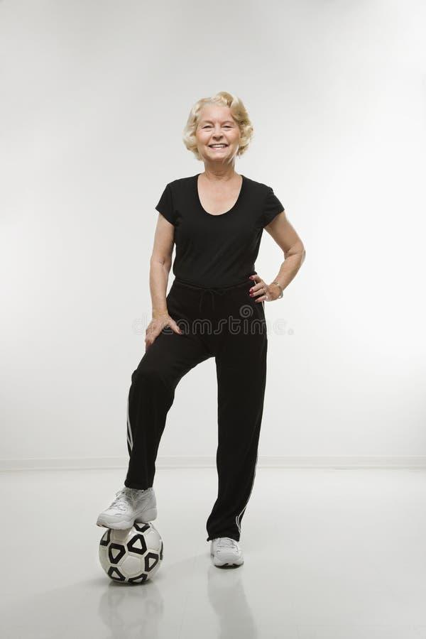 Ältere Frau mit Fußballkugel lizenzfreies stockbild