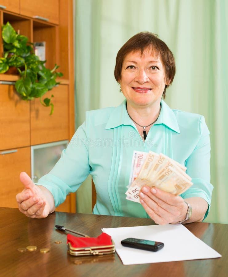 Ältere Frau mit Geld lizenzfreies stockfoto