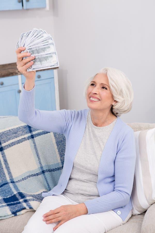 Ältere Frau mit Geld stockfotos