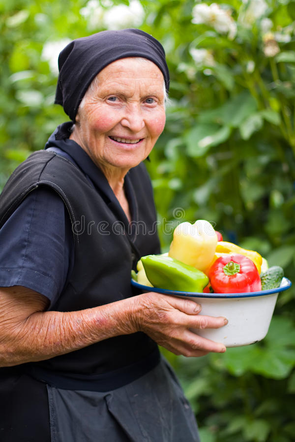 Ältere Frau mit Gemüse stockfotos