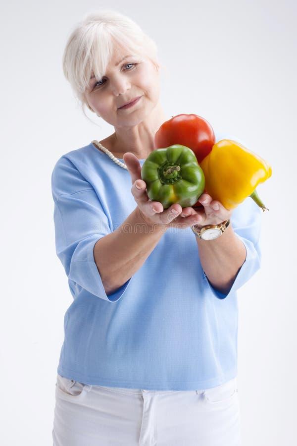Ältere Frau mit Gemüse stockfotografie